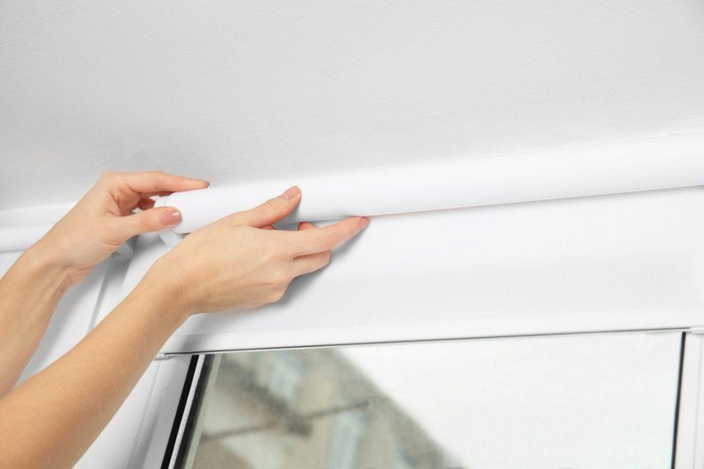 Como deve ser feita a higienização da cortina rolô?
