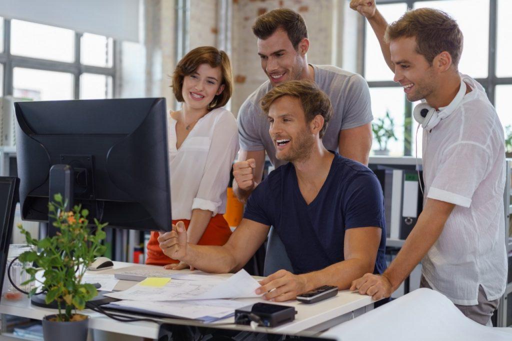 Quer tornar o ambiente de trabalho mais agradável? Aposte na cortina rolô
