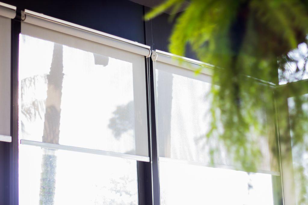 6 motivos para ter cortina rolô tela solar na sacada